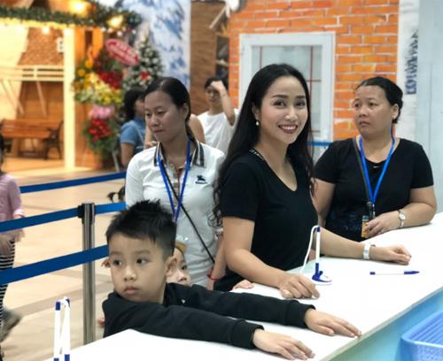 Ngay khi biết Làng tuyết Sài Gòn khai trương trở lại, mẹ Ốc đã đưa các con đến đây vui chơi dịp cuối tuần.
