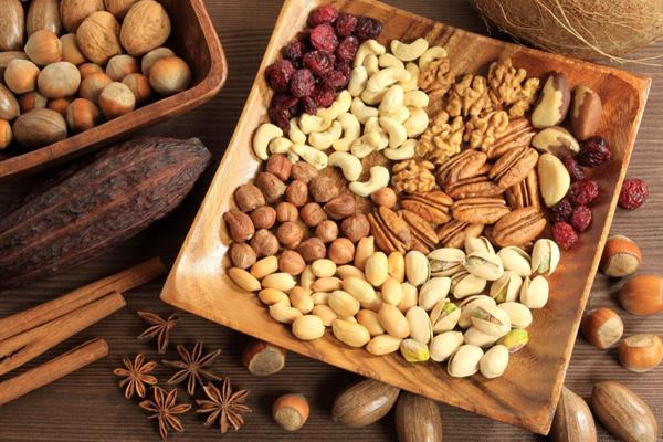 Các loại hạt như hạnh nhân, óc chó... là bữa ăn phụ lành mạnh, giàu dinh dưỡng, đặc biệt giúp chống lão hóa da hữu hiệu.