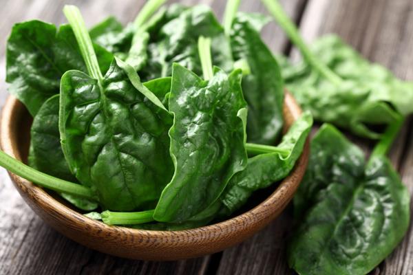 Rau chân vịt và một vài loại rau lá xanh khác tạo ra nguồn cung cấp chất sắt tuyệt vời trong các bữa ăn.