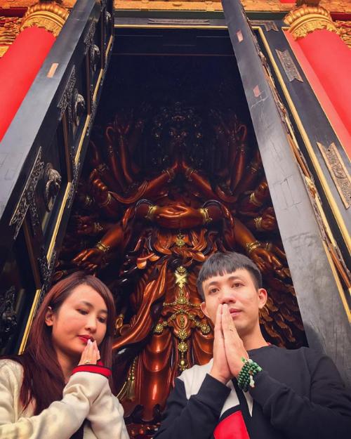 doanh-nhan-minh-nhua-du-lich-cung-gia-dinh-tren-xe-sang-2-5-ty-dong-1