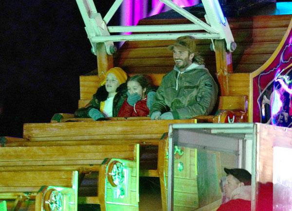 Becks tươi cười hớn hở ngồi cùng ghế với nhóc Cruz và cô út Harper