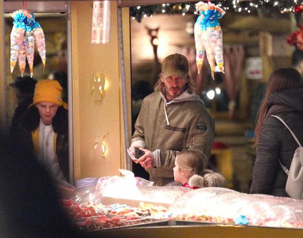 Cựu danh thủ Anh đưa các con đi chơi ở công viên mùa đông, địa điểm nổi tiếng tại Hyde Park mỗi dịp Giáng sinh.