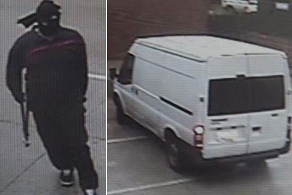 Tên trộm đeo mặt nạ,mặc đồ tối khi đột nhập cửa hàng. Ảnh: Victoria Police
