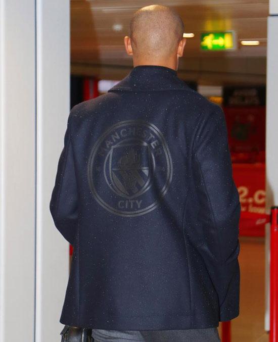 Áo khoác in logo chìm của Man City.