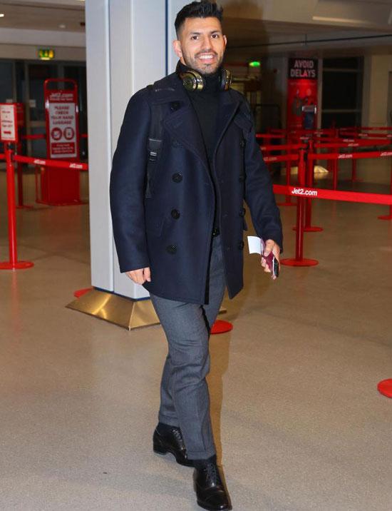 Sergio Aguero cười rất tươi tại sân bay.