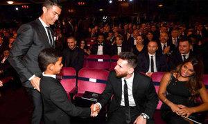 Trang giả mạo cậu cả nhà C. Ronaldo đăng ảnh Messi