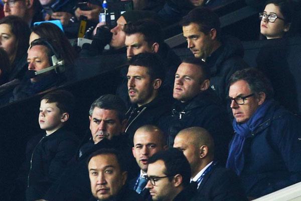 Rooney đưa con trai tới sân Old Trafford cổ vũ MU.