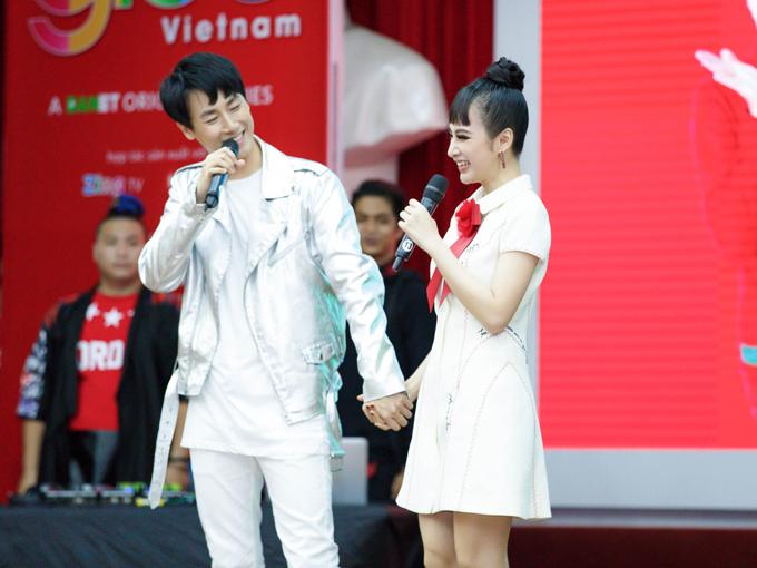 Nếu như Angela Phương Trinh luôn góp mặt trong các buổi quảng bá phim Glee Việt Nam thì đây là lần đầu tiên Angela Phương Trinh xuất hiện bên cạnh Rocker Nguyễn. Chính vì vậy, ngay khi thấy Angela Phương Trinh xuất hiện Rocker đã tay bắt mặt mừng nắm chặt tay bạn gái cũ Hạ Quyên và cả hai cùng giao lưu với các fan hâm mộ