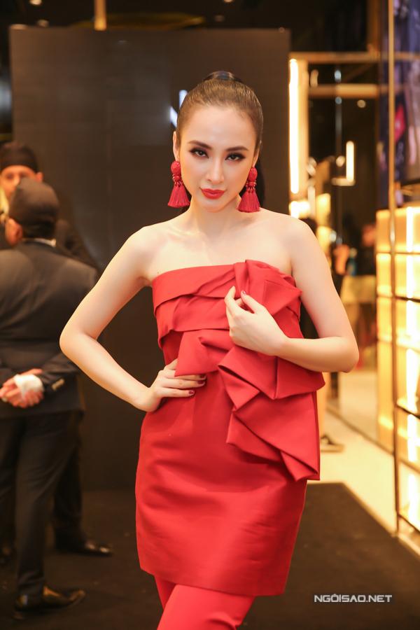 Chương trình được tổ chức trong không gian thân mật, chính vì thế người đẹp đã chọn cho mình mẫu váy trẻ trung đan xen cách mix-match đồ phá cách để tạo nên sự hoà hợp.