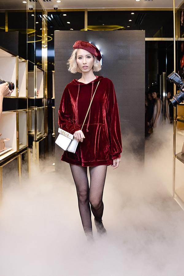 Váy nhung thịnh hành của mùa thời trang thu đông 2017 được Hằng Nguyễn kết hợp cùng túi đeo chéo và mũ nồi hot trend.