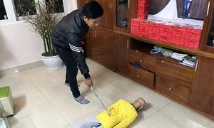 Bé trai 10 tuổi bị bố đẻ đánh đập trong thời gian dài