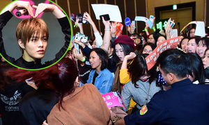 300 bạn trẻ liên tục hò hét khi được gặp nhóm nhạc Hàn Quốc