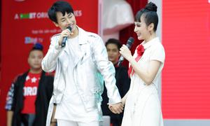 Angela Phương Trinh nắm tay Rocker Nguyễn sau tin đồn bị anh 'lạnh nhạt'
