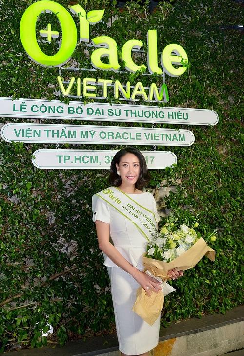 Hoa hậu Việt Nam Hà Kiều Anh khoe vẻ đẹp trẻ trung trong bộ váy trắng.