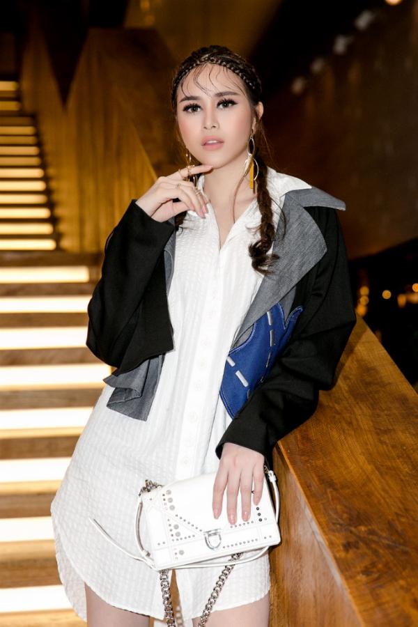Tối qua, Sella Trương góp mặt trong sự kiện Elle Fashion Show tại TP HCM. Cô thu hút ống kính máy ảnh ngay khi vừa xuất hiện.