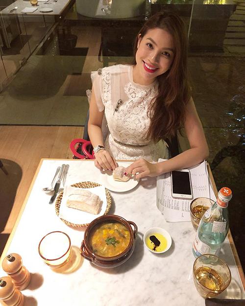Phạm Hương đăng ảnh ăn tối lãng mạn sau giờ họp.