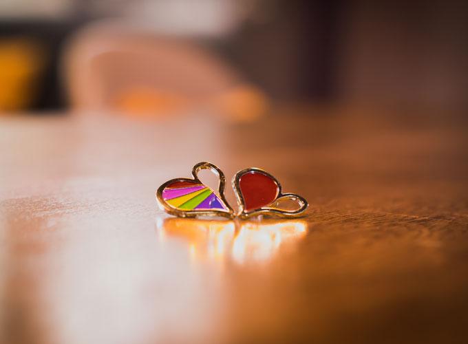 huy hiệu Yêu đi có hai phiên bản đỏ và cầu vồng. Màu đỏ dành cho bạn dị tính. Cầu vồng dành cho bạn đồng tính.