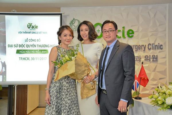 Đại sứ - Hoa hậu Hà Kiều Anh chụp hình lưu niệm cùng CEO Oracle Việt Nam Bà Lê Ngọc Lam Quỳnh và Tiến sĩ, Bác sĩ Phan Minh Hoàng