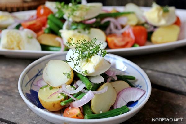 Món salad rau củ này có thể dùng làm món khai vị thay cho các món gỏi truyền thống vừa lạ miệng, lại cung cấp nhiều vitamin giúp da đẹp hơn ăn hoài không lo bị tăng cân.