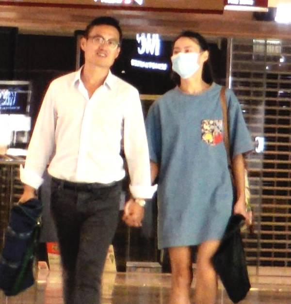 Tờ Ifeng đăng tải hình ảnh Lương Lạc Thi nắm tay một người đàn ông tuổi chừng 40 tại một khu mua sắm hôm cuối tuần. Nữ diễn viên Xác ướp Ai Cập đeo khẩu trang kín mít, nhưng dựa vào đôi mắt và vóc dáng, paparazzi dễ dàng nhận ra cô.