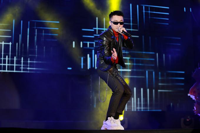 son-tung-m-tp-duoc-bao-ve-nghiem-ngat-khi-chay-show-3