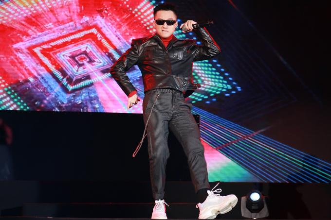son-tung-m-tp-duoc-bao-ve-nghiem-ngat-khi-chay-show-4