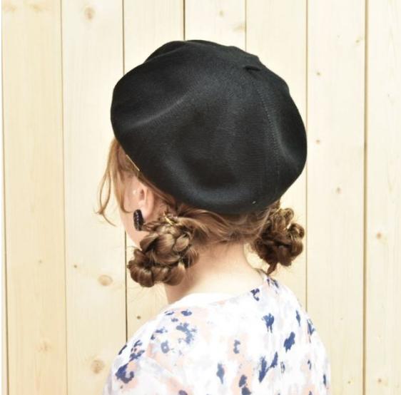 Nếu có đuôi tóc dài, bạn có thể thử kiểu tóc tết hai bên búi thấp sau tai.
