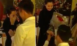Hot boy Quế Ngọc Hải quỳ gối cầu hôn bạn gái