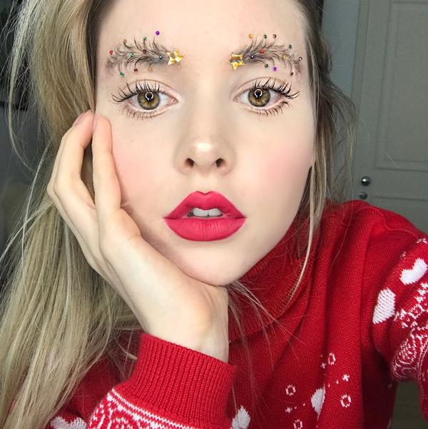 Trào lưu trang điểm lông mày hình cây thông Noel xuất hiện trên Instagram với hashtag #christmastreeeyebrows.