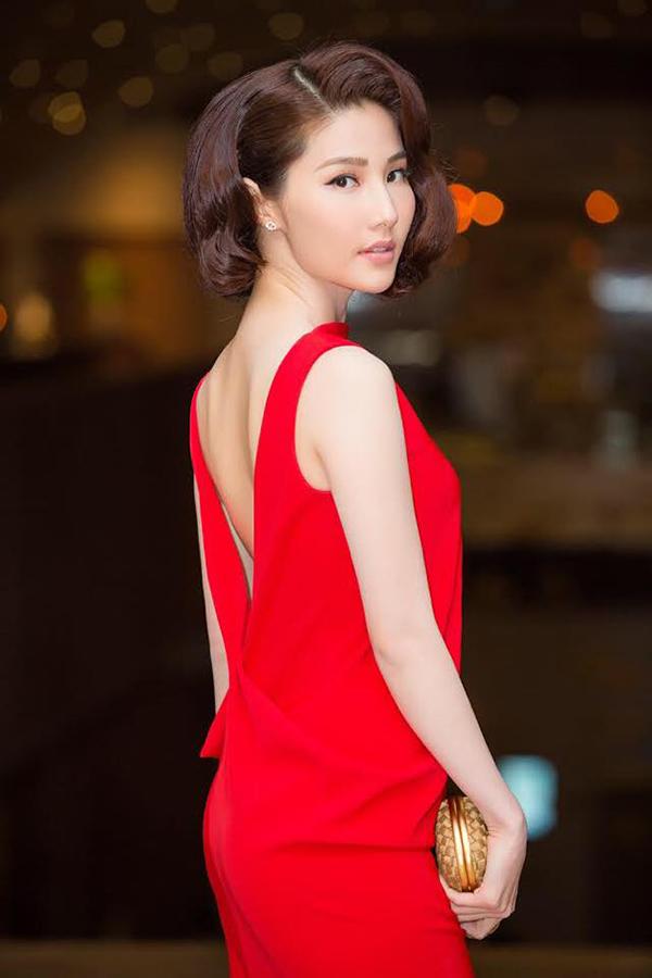 Chi tiết xẻ lưng chữ V ấn tượng giúp mẫu váy đỏ của Diễm My trở nên bắt mắt hơn.
