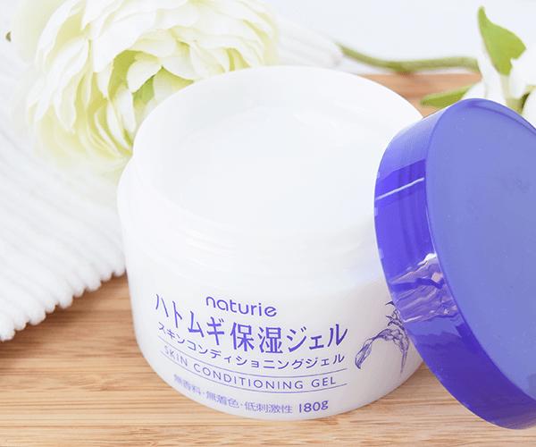 Naturie Skin Conditioning Gel Sản phẩm dưỡng ẩm dạng Gel của Naturie được yêu thích nhất năm 2017 nhờ khả năng thẩm thấu vượt trội. Gel dưỡng ẩm không chứa cồn hay hương liệu, an toàn khi sử dụng cho cả làn da nhạy cảm nhất. Giá tham khảo: 180.000 đồng.