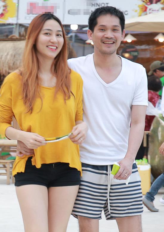 Chiều qua (10/12), vợ chồng Ngân Khánh ôm eo nhau tình tứ khi ghé thăm lễ hội ẩm thực Food Fest tại TP HCM. Cả hai ăn mặc giản dị, thậm chí nữ diễn viên Ma dai còn không make-up. Đôi vợ chồng rạng rỡ sóng bước bên nhau và trò chuyện thoải mái.