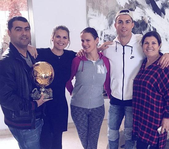 C. Ronaldo và mẹ bên hai chị và anh trai sau khi giành Quả bóng vàng thứ 5 tuần trước.