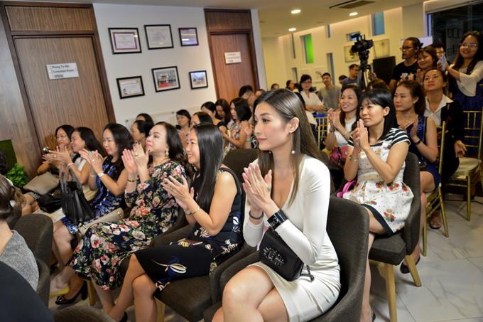 Khách hàng tham dự lễ ký kết chuyển giao công nghệ giảm mỡ thừa và trẻ hóa da tại Oracle Việt nam
