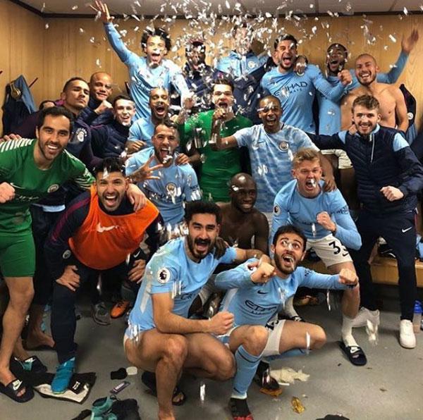Các sao Man City ăn mừng chiến thắng 2-1 tưng bừng trong phòng thay đồ sân khách Old Trafford
