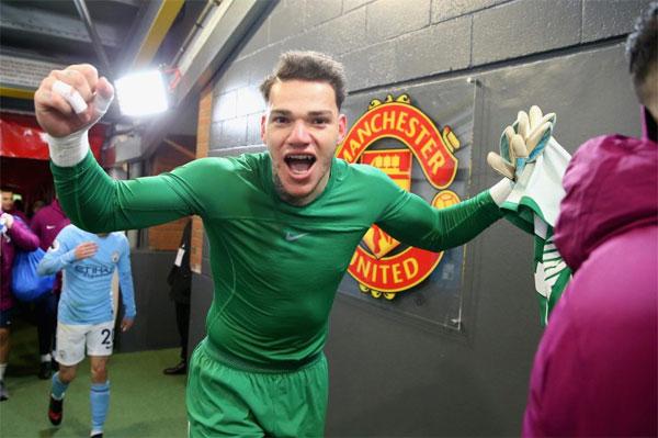 Thủ môn Ederson vui mừng trong đường hầm, bật lại HLV Mourinho khi được yêu cầu tôn trọng đội chủ nhà.