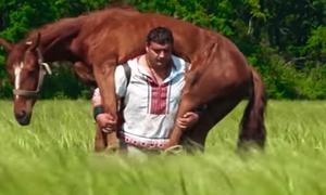Người đàn ông Ukraine cõng cả con ngựa trên lưng