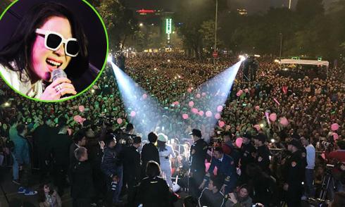 Mỹ Tâm đứng lên thùng loa để hát trước 10.000 người ở phố đi bộ