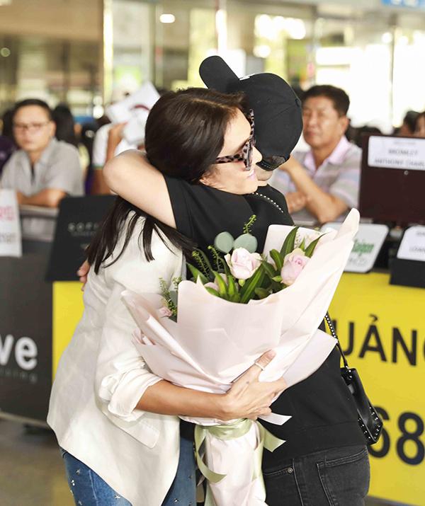 Ngay khi có mặt tại sân bay, vị HLV nổi tiếng của Thái Lan đã thân thiết trao tặng một chiếc ôm cho NTK Việt Nam. Lukkade cho biết cô cực kì mong đợi có thể trực tiếp ngắm nhìn các mẫu thiết kế của Chung Thanh Phong.