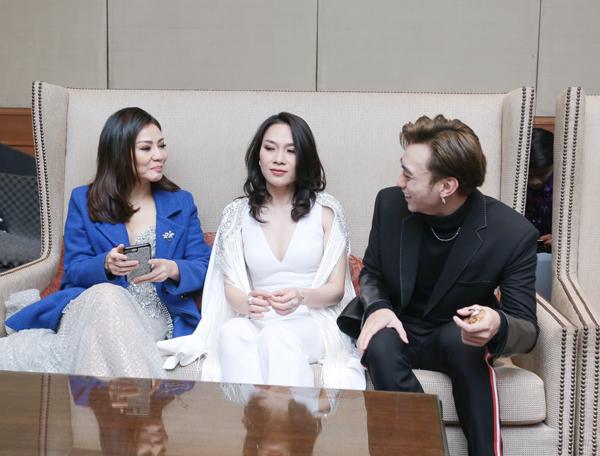 Thu Minh, Mỹ Tâm và Soobin Hoàng Sơn vui vẻ trò chuyện trước khi chương trình bắt đầu.