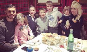 Tiền đạo Icardi chụp ảnh cùng 5 con chung, con riêng dịp sinh nhật vợ
