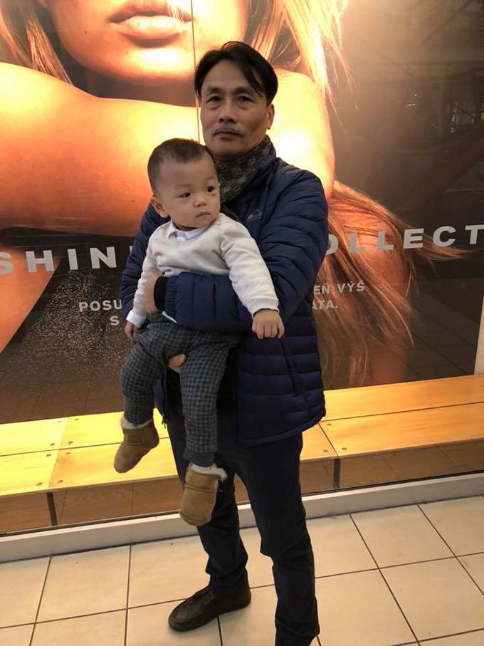 mac-hong-quan-ky-han-dua-con-trai-di-choi-o-ch-czech-5