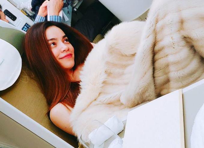 Hồ Ngọc Hà đắp áo lông khi ngồi trên máy bay. Cô đăng tải dòng trạng thái đầy ẩn ý: Bớt nghĩ tôi thích ồn ào..ok? Và bớt bám vào tôi ps: qua nơi lạnh vài ngày cho bớt nóng máu.