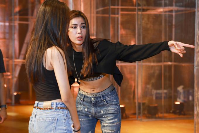 đêm diễn giới thiệu bộ sưu tập Xuân Hè 2018 Shes A Goddess của NTK Chung Thanh Phong vào tối 13/12