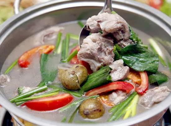 Canh sườn nấu sấu là sự kết hợp cách nấu của miền Bắc và miền Nam, mang chút hương Hà Nội vào bữa cơm.