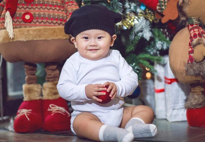 khanh-hien-chup-anh-ky-niem-mua-giang-sinh-dau-tien-ben-con-trai-5
