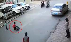 Cậu bé 7 tuổi cứu em bé bị xe đâm trong khi người lớn thờ ơ