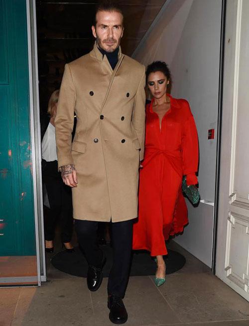 Vợ chồng cựu danh thủ Anh gây chú ý khi nắm tay nhau rời khỏi cửa hàng thời trang của Vic