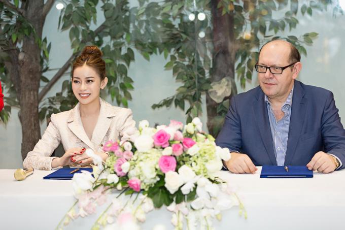 Ông Gerhard Parzutka Von Lipinski - Chủ tịch cuộc thi Hoa hậu Siêu quốc gia vừa ký kết hợp tác với Hoa hậu Hải Dương tại HD Korea Beauty Center (TP HCM).