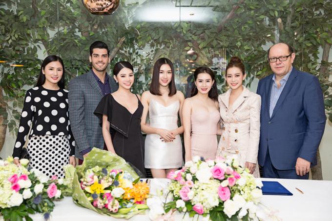 Trong buổi lễ ký kết tối qua, Hoa hậu Jolie Nguyễn, Á Hậu Duyên Trần cùng Nam vương Siêu quốc gia người Venezuela cũng có mặt để chúc mừng Hoa hậu Hải Dương.